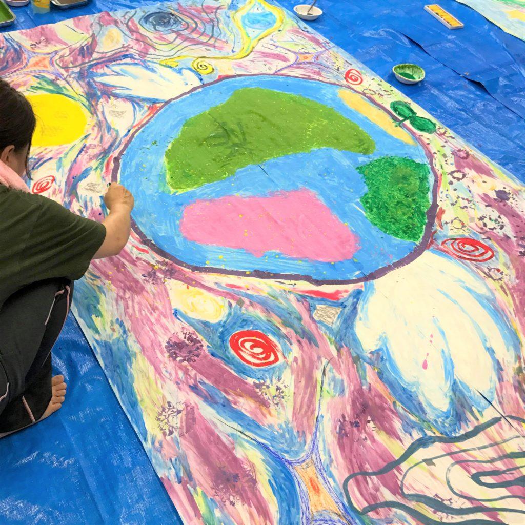 絵具を手のひらに塗って表現するアート体験